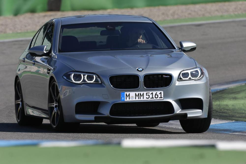 BMW-M5-Pure-Metal-Silver-frontal-movimiento