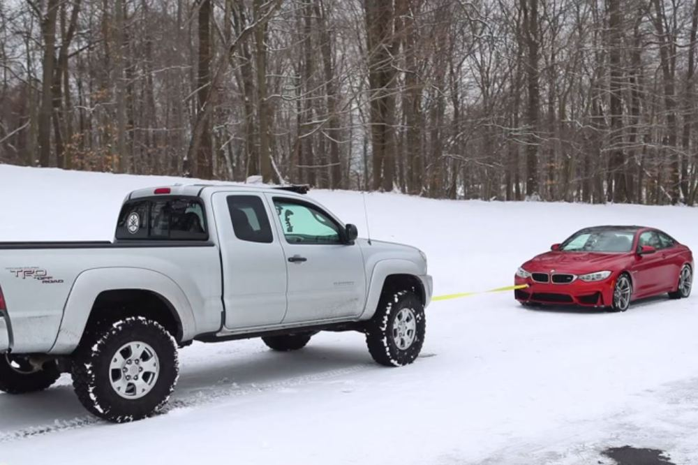 video-bmw-m4-vs-toyota-tacoma