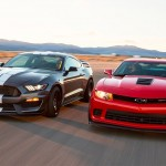 Vídeo: Ford Shelby Mustang GT350R vs Chevrolet Camaro Z/28