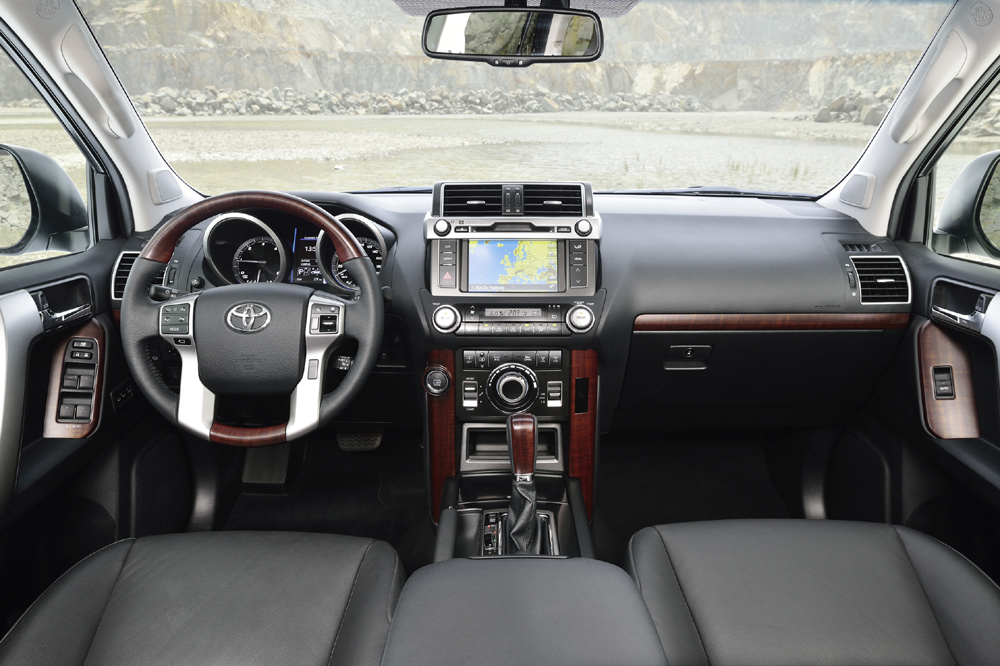 toyota-land-cruiser-2017-interior