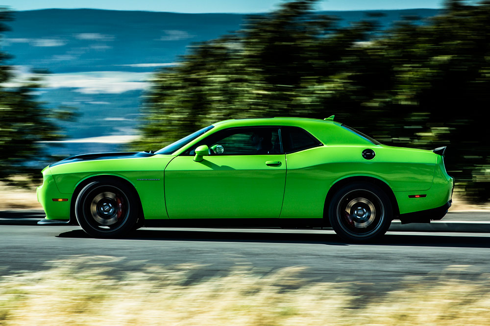 Prueba del Dodge Challenger SRT Hellcat 2016, muscle car en movimiento
