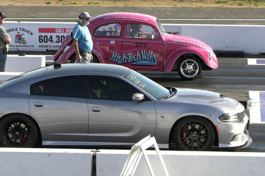 Dodge Charger contra VW Beetle