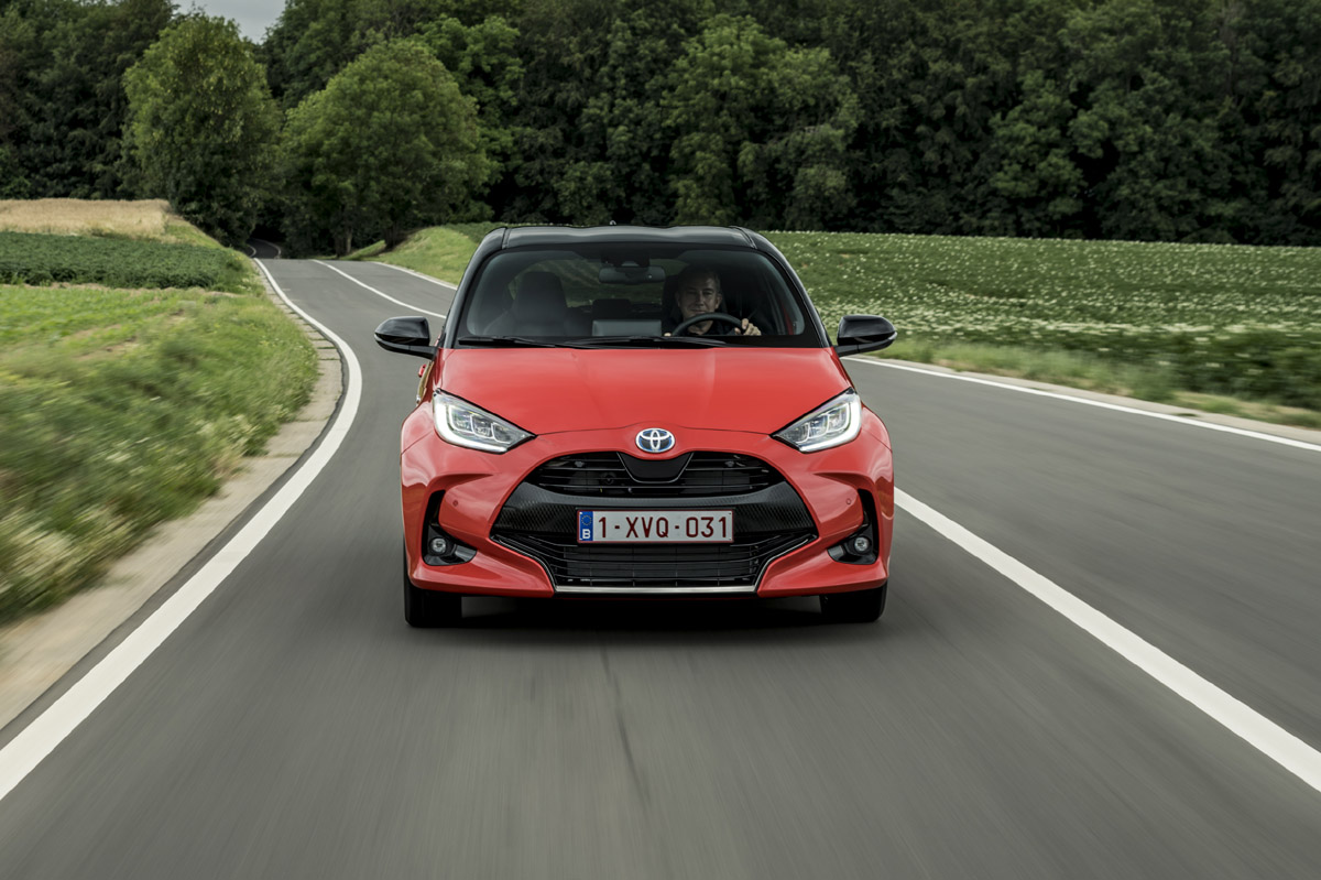 Toyota Yaris Electric Hybrid frontal movimiento